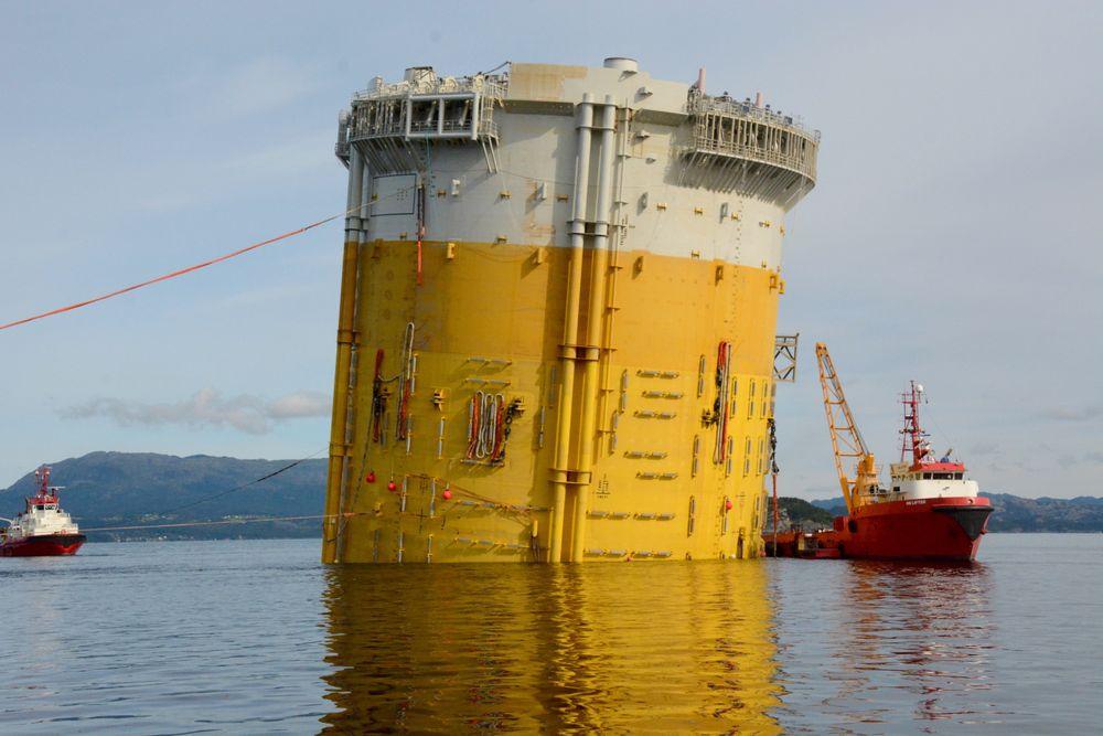 Det er nå pumpet om lag 50 millioner liter vann i tanken på Aasta Hansteen, for å få understelle til å rette seg opp grad etter grad. Her med en helning på 84 grader, ifølge Statoil.