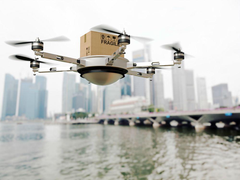 Wilhelmsen skal starte et testprosjekt i Singapore. Droner skal erstatte småbåter som vanligvis sendes ut med dokumenter, deler og enkle forsyninger til skip for anker.