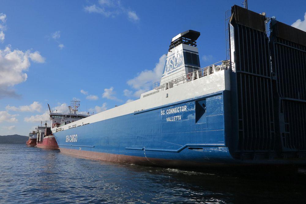 Sea-Cargo Connector til kai i Bergen. Der ligger kabelen klar. Det som mangler er avtale med nettselskapet, trommel med plugg og en ombygging med tavler og batterier.