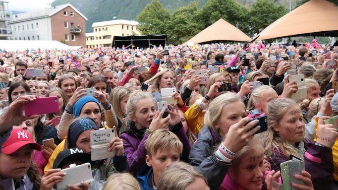 FOREVIGA IDOLA: Publikum sørgar for å få med seg eit minne heim frå konserten til Marcus og Martinus. Målrock ønskjer å halde fram å satse på eit yngre publikum på opningsdagen av festivalen.