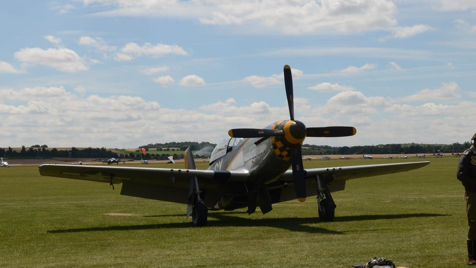 NØDLANDET: En Mustang måtte nødlande under Flying Legends i Duxford på søndag.