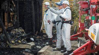 KREVJANDE JOBB: Politiet og brannekspertar skal no prøve å nauste opp svaret på kva som var årsaka til brannen. Huset er så nedbrent at det blir svært krevjande.