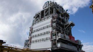Statoil skal installere åtte moduler på Mariner. Den første på 10.000 tonn er nå løftet på plass