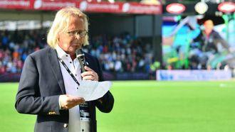 MINNEORD: Med bilete av Sead på storskjerm las omdømeleiar Rasmus Mo eit minneord til ære for vaktmeistaren før kampen.