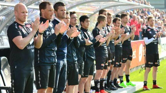 VERDIG: For spelarane og støtteapparatet til Sogndal var det spesielt å ta farvel med ein kjær ven og kollega gjennom mange år.