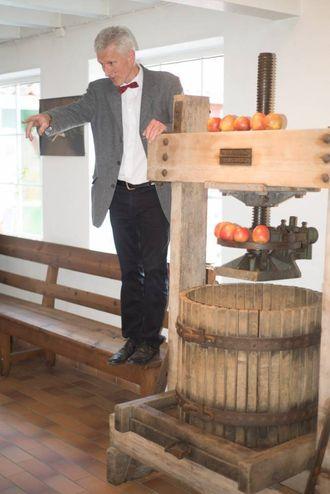 HISTORISK: Under opninga fortalte Åge Eitungjerde ved Ciderhuset om den gamle fruktpressa som vart kjøpt inn til Balestrand i 1910, samstundes som Lerum og Drægni fekk sine.