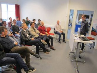 PRESENTASJON: Lærar Njål Sire fortel om låsprosjektet framfor ei forsamling av IT-ekspertar frå lokale verksemder og instansar.