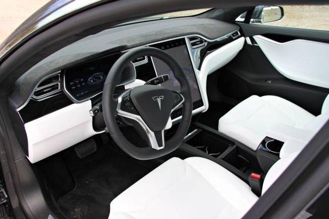 TVILSAMT: Interiøret i testbilen var for spesielt interesserte. Kritkvitt skinn er ikkje så praktisk.
