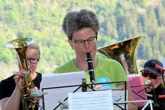 FINT VÊR: Då konserten gjekk av stabelen på Mjølkeflaten i fjor hadde Magnhild Aspevik og dei andre musikarane strålande vêr å spela i. Slik ser det ut til å bli i år også. Arkiv