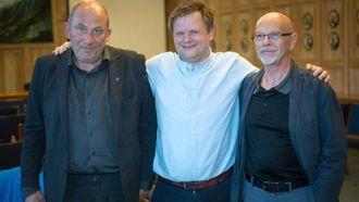TOPP STEMNING: Trass sviktande møte var humøret hos denne trioen på topp etter folkemøtet. Frå venstre: ordførar Jarle Aarvoll i Sogndal, ordførar Jon Håkon Odd i Leikanger og professorOddbjørn Bukve ved Høgskulen på Vestlandet.
