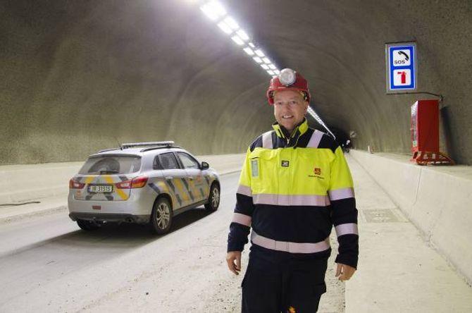 TOPP MODERNE: Tunnelen får det siste innan led-belysning, fortelTerje Adolfsen, kontrollingeniør på elektroarbeidet i tunnelen.
