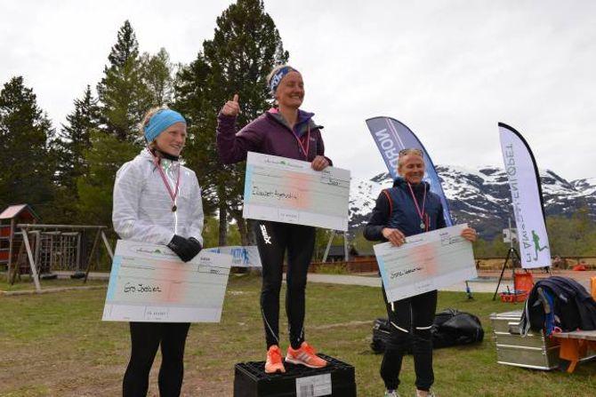 RASKASTE KVINNE: Elisabeth Angermund-Vik frå Varegg Fleridrett var raskaste kvinne opp Flåmsdalenløpet. Sophie Dedekam Kryvi og Gro Jordalen kom på 2. og 3. plass.