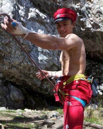 STUNT: Håvard Helgesen (18) er siste års junior, men allereie i norgestoppen i klatring.