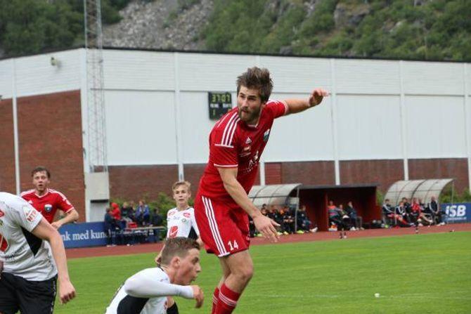 STERK: Aspeseter Hagen meiner Årdal tok sogndølene på fysikken. Her viser han nettopp det då han stanga inn 2-0-målet.