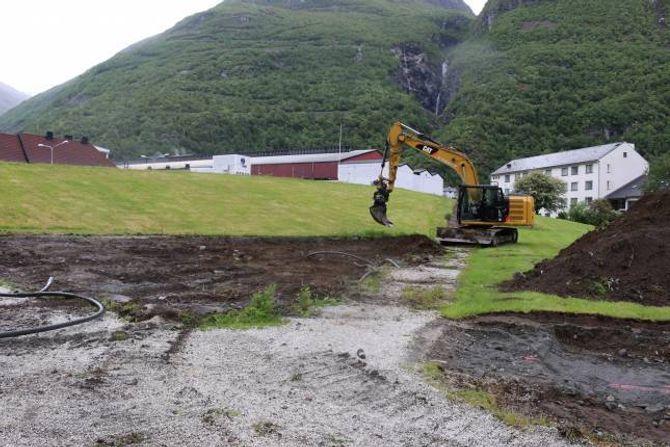 PARKERINGSPLASS: Der det er grave og vidare i bakkant av gravemaskina vil parkeringsplassen koma