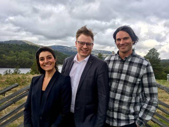 TILSKOT: Fylkesordfører Even Aleksander Hagen, her flankert av Samareh Granqvist i Rørosregionen næringshage, og Erik Flå i Nasjonalparken næringshage, som begge kunne konstatere at deira prosjekt blei innvilget tilskot.