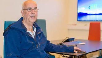 GOD HJELPAR: Alfred Brusegard jobbar på tenestetorget i Sogndal kommune og har god bruk for mobiltelefonen både i arbeid og i kvardagen. Måndag var han på besøk på Difi for å dele sine erfaringar.