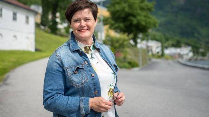 ETTERLYSER OPPLÆRING: Heidi Sårheim i Blindeforbundet meiner smarttelefonen er eit fantastisk verktøy for synshemma, men då må kommunane ta ansvaret og sørge for opplæring.
