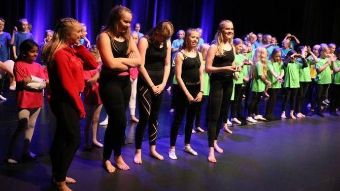 SJØLVLAGA: Det er dei fem jentene Thea Øren, Sofie Veum Forthun, Karoline Kvåle Låksrud, Sofie Øren og Karoline Molland Hjønnevåg som står bak showet.