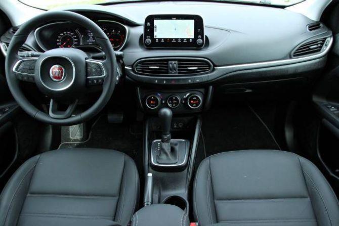 ORDEN: Interiøret i Fiat Tipo fungerer fint. Det meste av funksjonar er samla i skjermen, som er av berøringstypen og har svært god grafikk.
