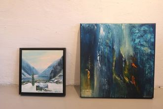 VARIASJON: Grøttebø har stor variasjon i verka sine – frå billedlege «Hedler» til venstre til abstrakte «Trist som faen» til høgre.