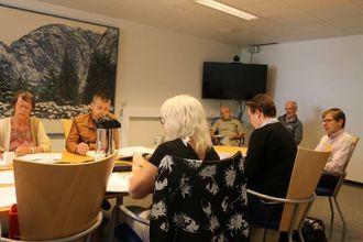 TILHØYRARAR: Åge Årdal (i bakgrunnen til venstre) var tilhøyrar under møtet i Kontrollutvalet. Også Arne Sanden høyrde på kva som vart sagt om saka.