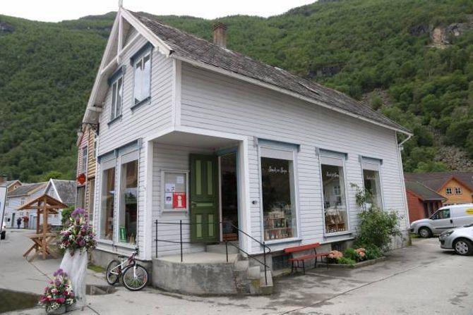 NOSTALGISK: Midt mellom verneverdige bygningar i Gamle Øyri er den nye landhandelen plassert.