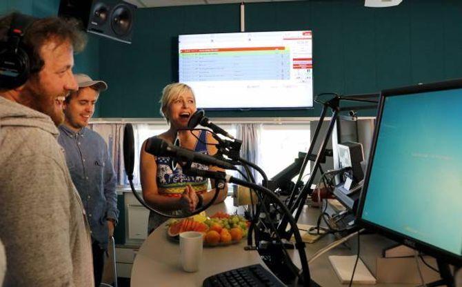 SLØKTE: Radiolyttaren Monica Sunde Tjønnås fekk æra av å skur av FM-nettet i fylket på direktesendt radio saman med P3-gjengen Ronny, Markus og Silje.