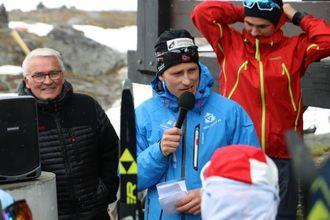LÆRERIKT: På sommarskiskulen lærer deltakarane basisferdigheitene som må til for å bli god på ski, fortel Yngve Thorsen i skikrinsen.