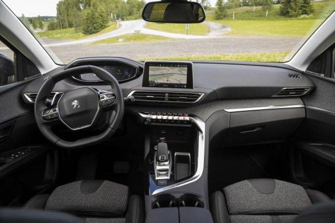 SÆRT: Innvendig har Peugeot ein heilt eigen stil. Rattet er forma slik at ein skal sjå skjermen i dashbordet over rattet, noko som ikkje er heilt uproblematisk.