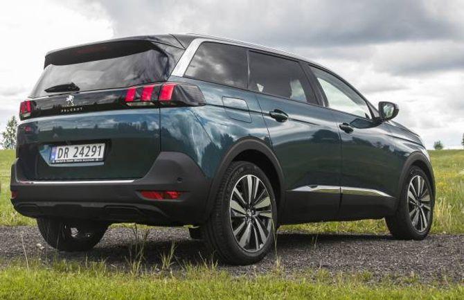 REISER SEG: Den førre 5008-modellen frå Peugeot var ein fleirbruksbil. Det er ikkje lenger kundane så veldig interesserte i, så arvtakaren følgjer straumen og har vorte ein SUV.