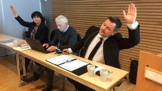 AVGJERSLA FELL: Ordførar Jon Håkon Odd i Leikanger konstanterer at forslaget om å seie nei til kommunesamanslåing ikkje fekk gjennomslag i kommnestyret. Til venstre varaordførar Trude Risnes (V), rådmann Odd Arve Rakstad i midten.