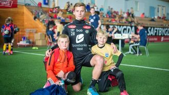 STJERNEMØTE: Mathias Fredheim Dahl og Asbjørn Svedal Hatle fekk møtet idolet Johan Hove, midtbanetalentet som i helga fekk debuten frå start i eliteserien.