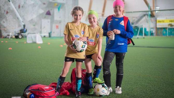 STORKOSA SEG: TrioenStine Gustavsen Fimretite (9), Martine Lorentzen Brenden (8) og Celina Fredriksen Fimreite (9) seier dei elskar fotballskule. –Fordi det er skikkeleg morosamt og vi får Litago, forklarer Martine.
