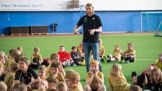 ALLMØTE: Arrangementsansvarleg Marius Kloster prøver å få 150 ungar til å lytte medan han orienterer om kva som skal skje resten av dagen.