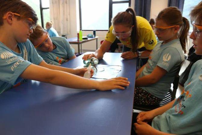 FORSØK: Sommarskulen er veldig praktisk retta, der elevane får gjere forsøk.