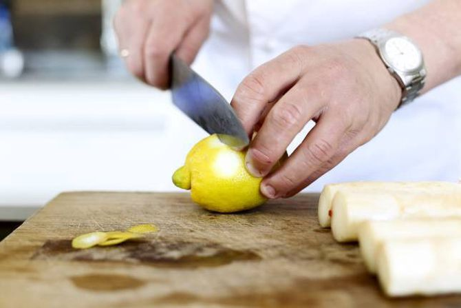 SITRON: Både skall og saft brukes i kokevannet til aspargesen.