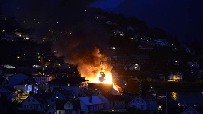 BRANNDRAMA: Sogndal sentrum stod i flammar natt til søndag. Biletet er tatt rundt halv tre, ein halvtime etter at politiet melde om brannen.