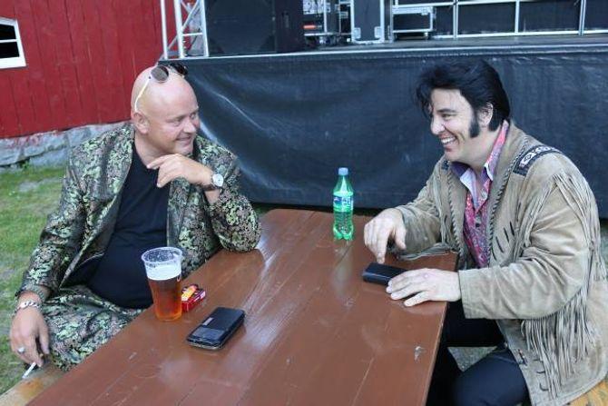 IKKJE ROD STEWART: Kjell Elvis (til høgre, om det skulle vera tvil) vil ikkje at Holte skal få han til å syngja Rod Stewart under den påfølgjande konserten.