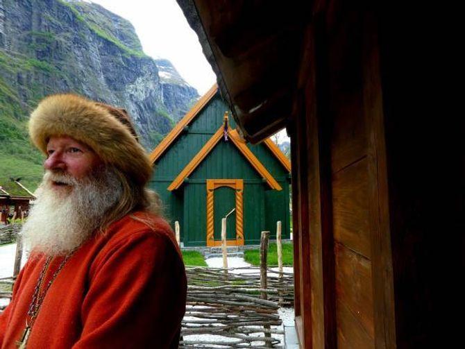 FRUSTRERT HØVDING: VikinghøvdingGeorg Olafr Reydarsson Hansenber om ei hjelpande hand slik at vikinglandsbyen skal bli meir synleg og lettare tilgjengeleg.