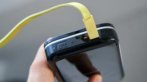 Micro-USB brukes som ladestandard, og under lading lyser den andre LED-dioden opp i rødt.