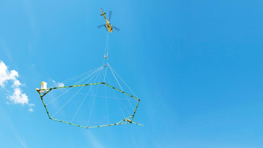 Luftig måling: AEM-kartlegginger foregår fra helikoptre, som flyr med en sirkulær antenne under for å måle grunnens elektriske ledningsevne. Målingene gir kontinuerlige data langs hele flylinjen.