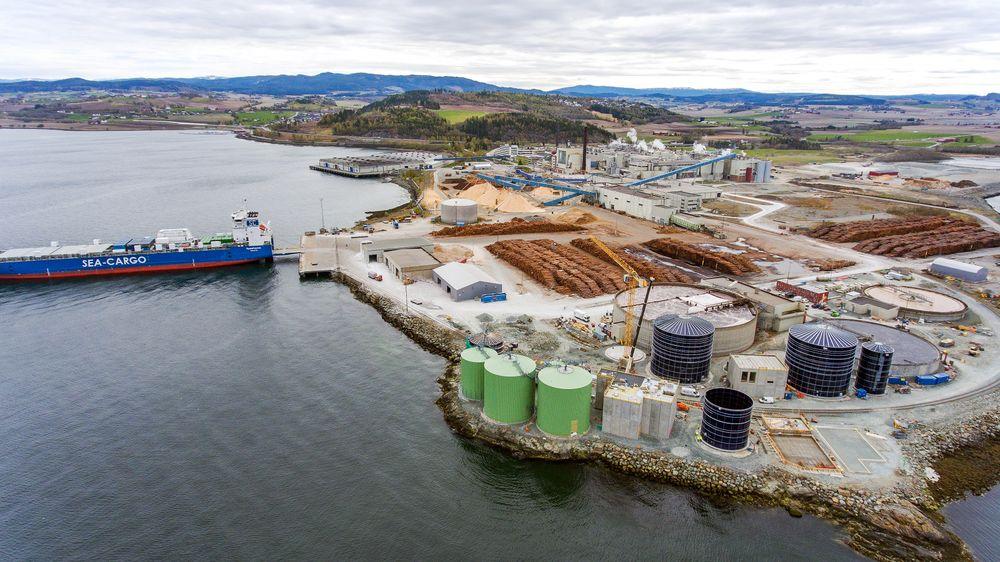 Kan utvide: Biokraft har mer plass å ta av. Biogass-reaktorene er i ferd med å reise seg nærmest sjøen på bildet. Bak ses papirfabrikken til Norske Skog.