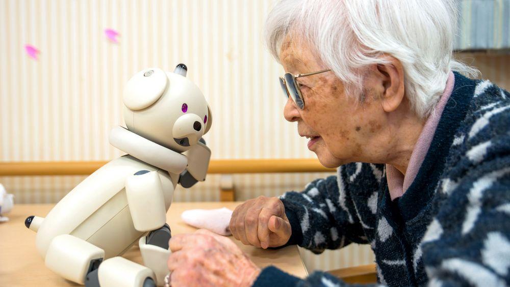 90 år gamle Yuriko Tanaka trives når hun får bruke tid med robothunden Aibo. – Han er alltid glad og vil gjerne spille spill eller prate, sier hun.