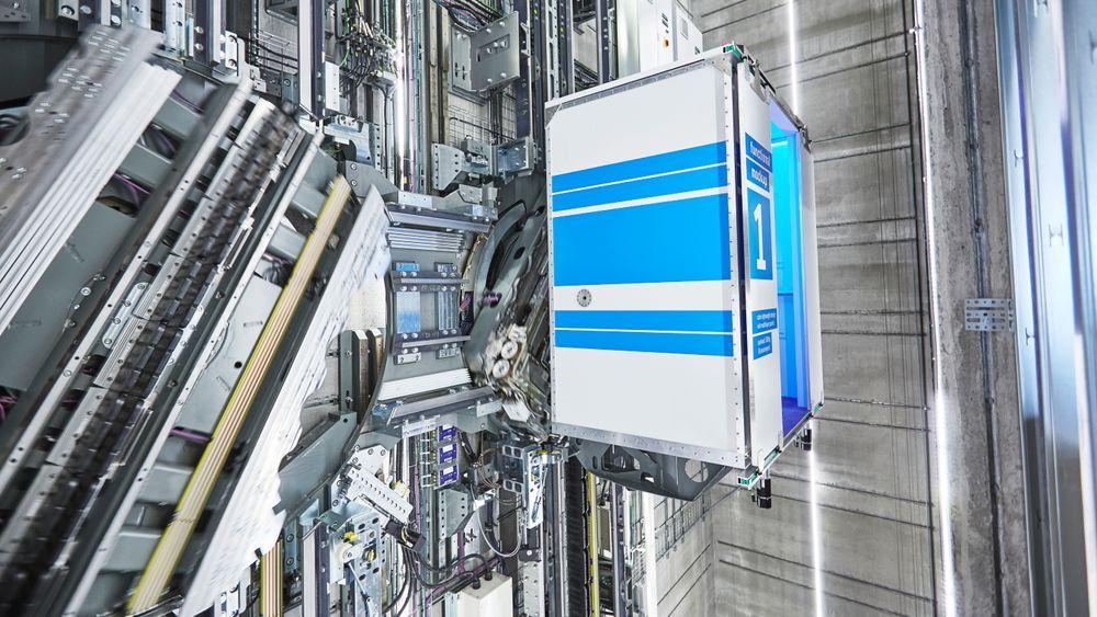 Systemet har vekslere som roterer. Det gjør at heisene kan gå sidelengs.