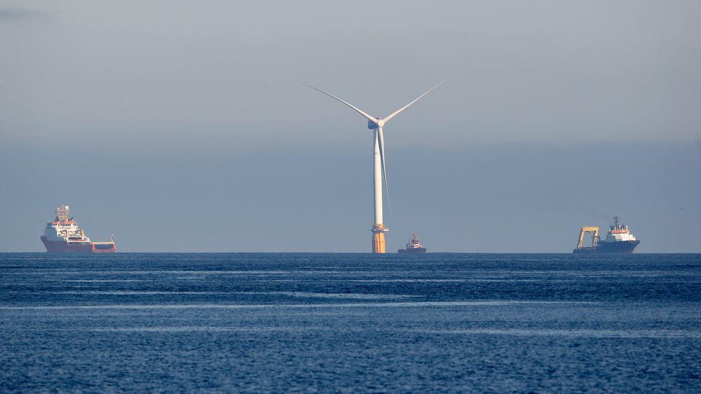 I alt fem gigantiske, flytende havvindturbiner slepes nå fra Stord til kysten av Skottland. Hver av dem veier over 12.000 tonn og stikker 125 meter opp over havoverflaten.