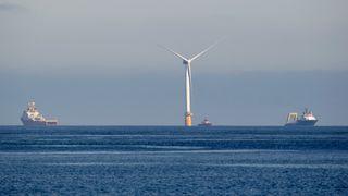 Her slepes fem 125 meter høye og 12.000 tonn tunge vindmøller fra Stord til Skottland