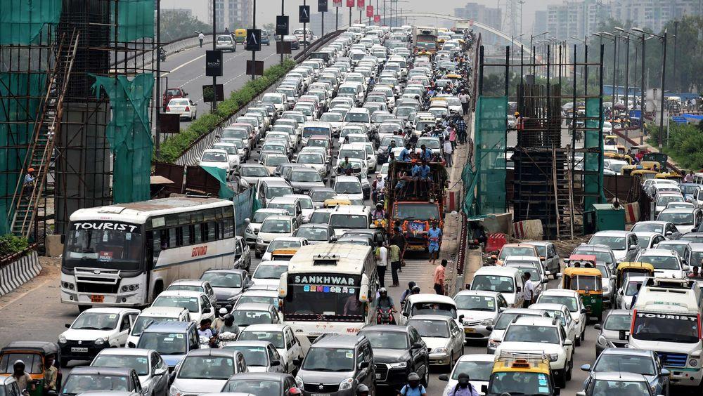 Indias transportminister sier de ikke vil tillate selvkjørende biler på indiske veier. Her fra en trafikkork i New Delhi.