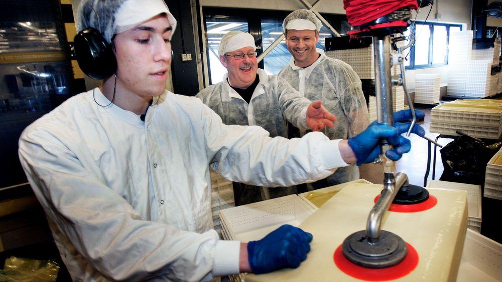 Det var god stemning i osteproduksjonen hos Tine på Heimdal da sekstimersdagen ble innført som et prøveprosjekt i 2007. Dario G. Commodaro sammen med daværende hovedverneombud Jarle Grimstad og Kåre Pedersen, som fremdeles er hovedtillitsvalgt.