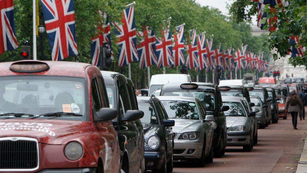Storbritannia forbyr diesel- og bensinbiler fra 2040 for å bedre luftkvaliteten, da spesielt i byene. Her langs The Mall i London.